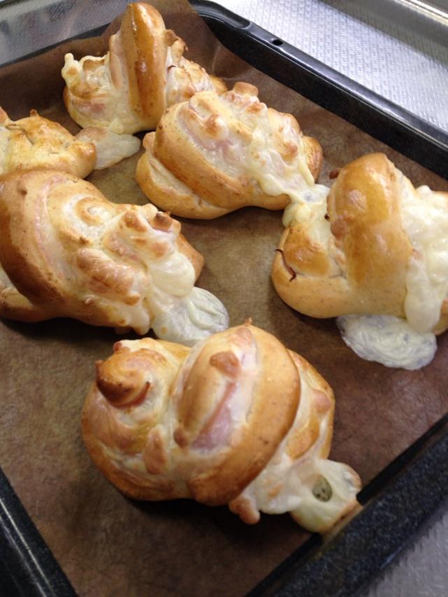 ハムとチーズを巻いて調理パン。