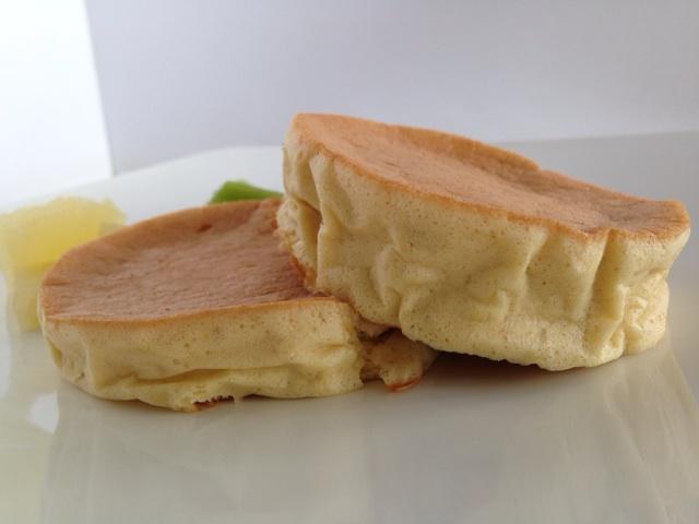 京都江部粉パンミックスでレモン風味のパンケーキを作りました。横から見た感じ、高さがあるでしょ