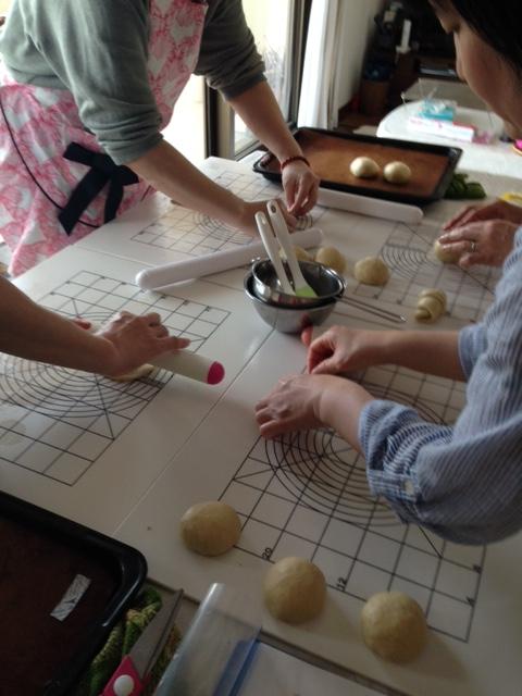 阿倍野区西田辺a-ta-sante糖質制限パン料理教室。京都江部粉ベーシックコース1回目、ナッツブレッド&ロールパン。