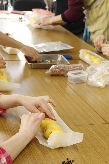 料理教室。会館でのレッスン『ひよこのちぎりパン&ラレーピザ』